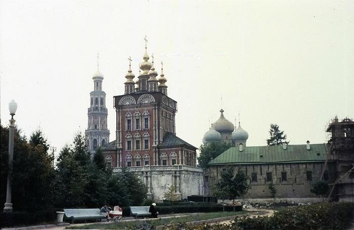 Новодевичий женский монастырь — одна из наиболее значительных после Кремля достопримечательностей Москвы.