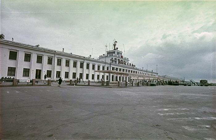 Внуково — один из старейших аэропортов Москвы, обслуживающий не только обычных граждан, а и первых лиц страны.