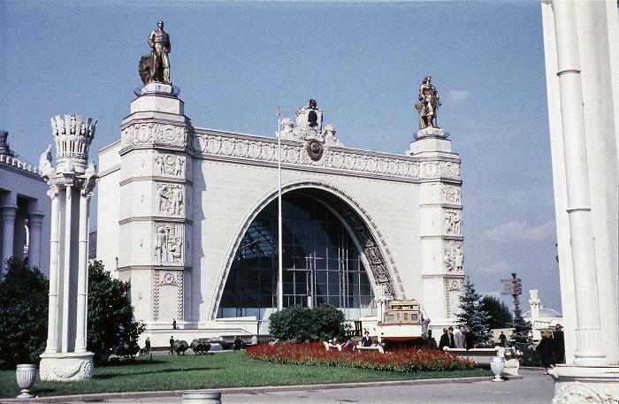 Построен в 1939 году, а после реконструкции в 1954-м была расширена тематика и изменено название на «Механизация и электрификация сельского хозяйства СССР», а в 1956-м — на «Машиностроение».