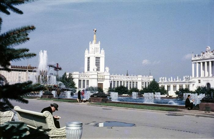 Центральная аллея ВДНХ – это то место, где каждый день прогуливаются жители и гости столицы.