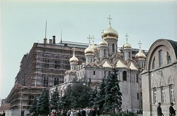 Один из древнейших храмов Москвы с золотыми куполами был построен в конце XIV века.