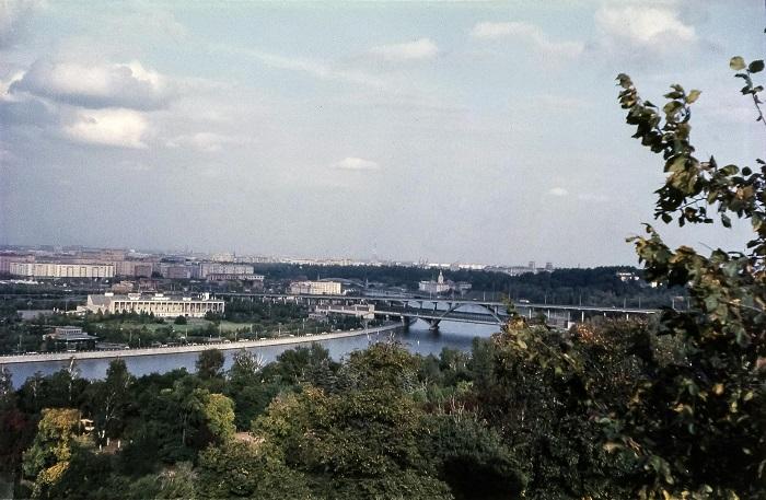 Вид на метромост и Москву-реку с Ленинских гор.
