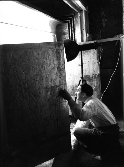 Говард Картер открывает двери в усыпальницу фараона.
