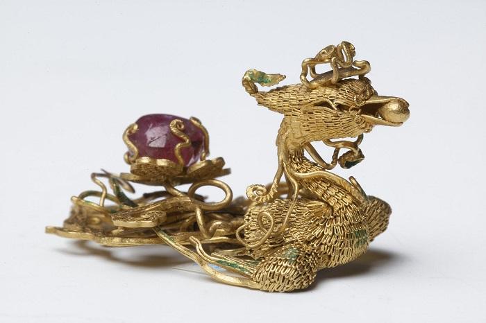 Феникс - филигранное золотое украшение с рубином создано в Китае.