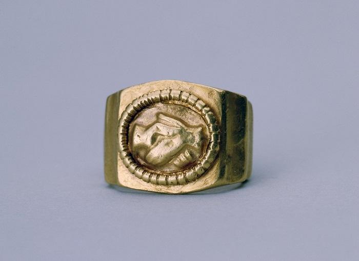 Массивный античный золотой перстень с гравировкой.