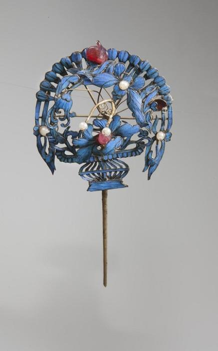 Заколка из латуни и полудрагоценных камней выполнена китайскими мастерами.