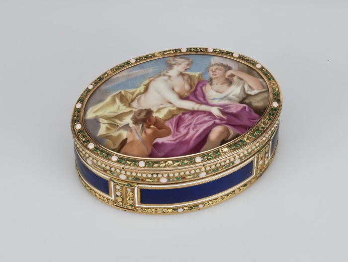 Расписная французская табакерка выполнена из золота и покрыта эмалью.