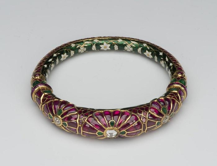 Индийское золотое украшение с рубинами, изумрудами и алмазами.