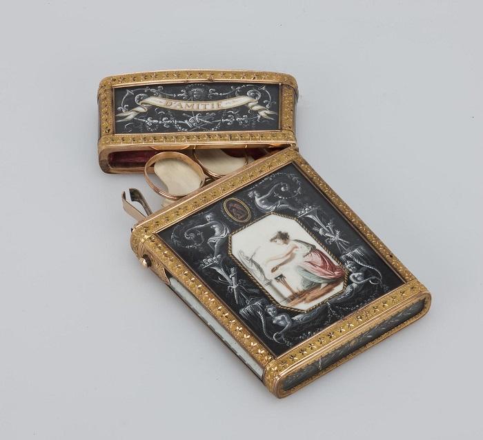Расписной дамский бальный аксессуар выполнен из золота, слоновой кости и дерева.