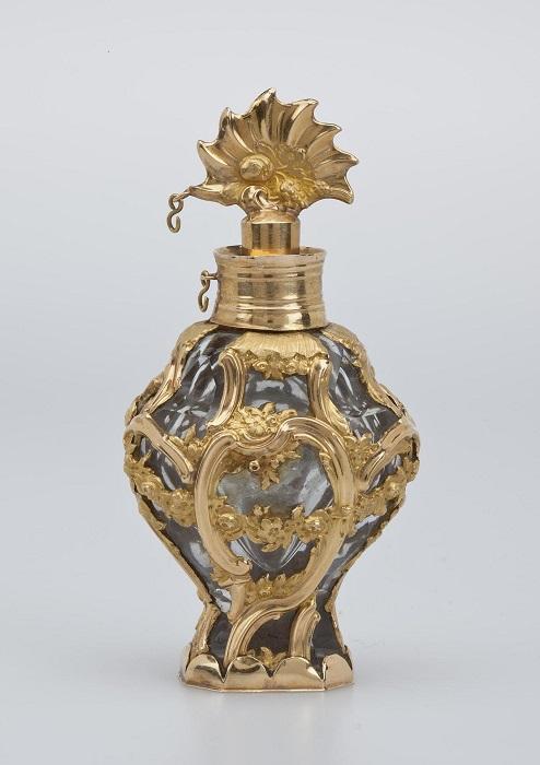 Изящный французский стеклянный флакон, украшенный золотом.
