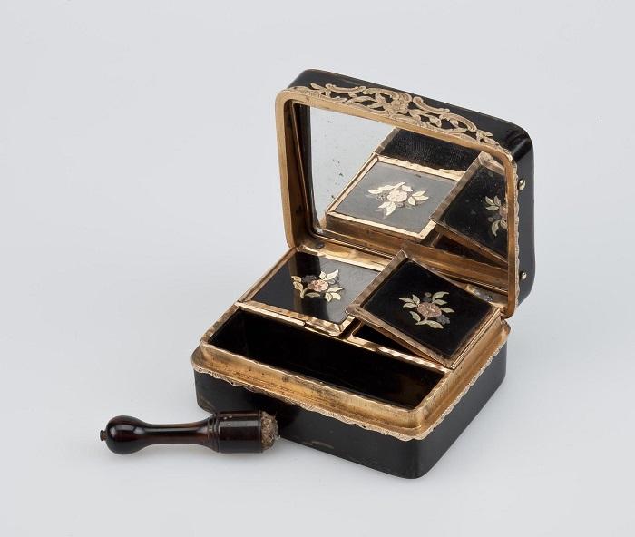 Предмет ювелирного искусства выполнен из черепахового панциря и золота французским мастером.