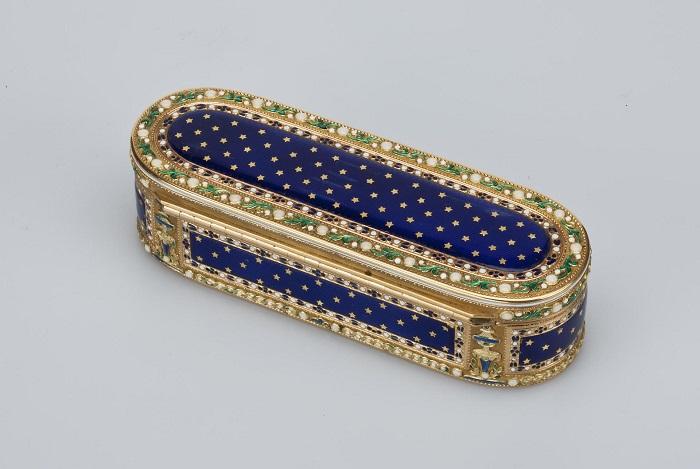 Золотая коробочка с крышкой для хранения табака создана французским мастером Жаном-Жозефом Баррьером.