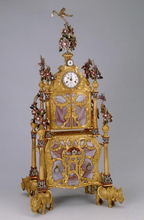 Изящные часы с несессером и музыкальным механизмом изготовлены в Лондоне часовщиком Джеймсом Коксом.