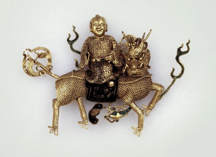 Золотое филигранное украшение с мифологическим животным из Китая.