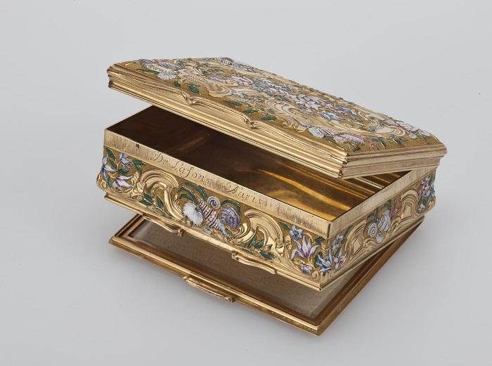 Миниатюрная золотая коробочка с зеркальцем для хранения запасных «мушек» работы французского мастера Пьера-Франсуа Делафона.