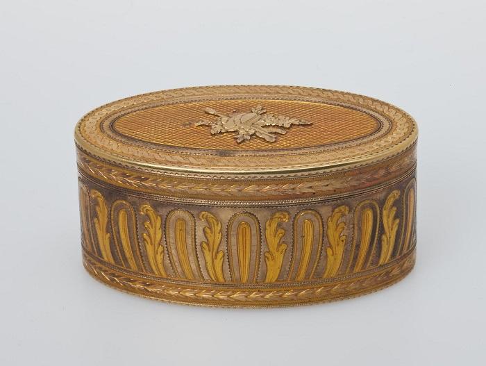 Выполнена из золота и эмали французским мастером Жаном-Бернаром Соважем с использованием техники пунцирования.