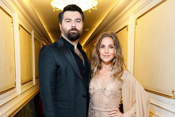 Со своим будущим мужем российская певица и телеведущая встречалась на протяжении 5-ти лет, после чего пара сыграла свадьбу.