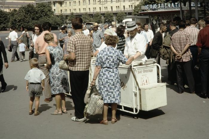Многие европейцы специально приезжали в СССР, чтобы отведать того самого знаменитого советского мороженого. Автор фотографии: Harrison Foreman.