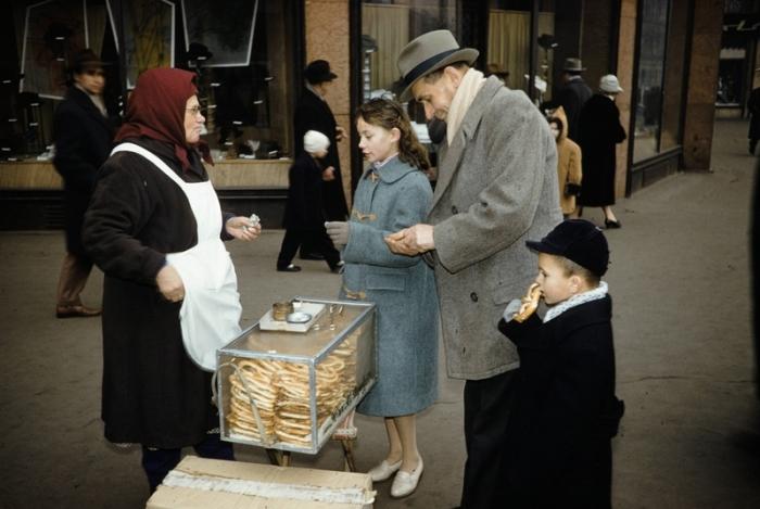 Достоверный образ уличной советской торговли. Автор фотографии: Harrison Foreman.