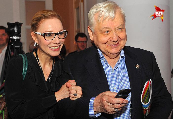 80-летний актер, театральный режиссер и худрук МХТ им. А.П. Чехова и «Табакерки» уже 10 лет живет в счастливом браке с 50-летней актрисой театра и кино. Роман между с педагогом и актрисой разгорелся, когда ему было 49, а ей – 19 лет.