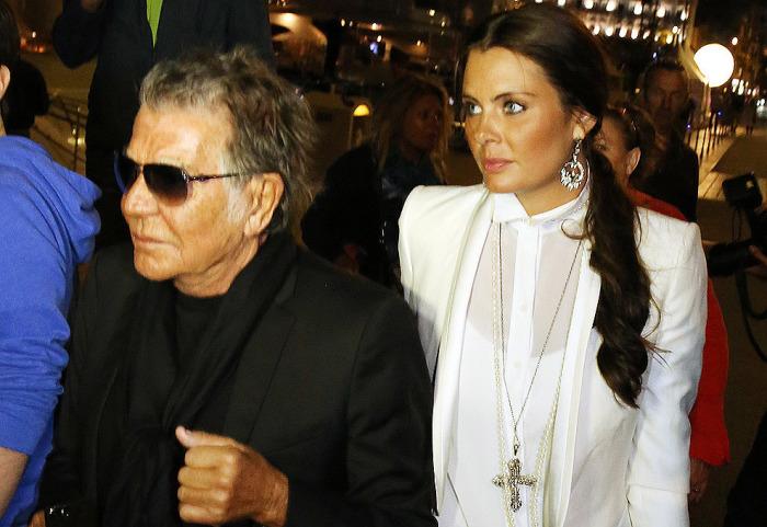 Знаменитый 74-летний дизайнер живет со своей 22-летней возлюбленной моделью Линой Нилсон в неофициальной браке. Разница в возрасте: 48 лет.