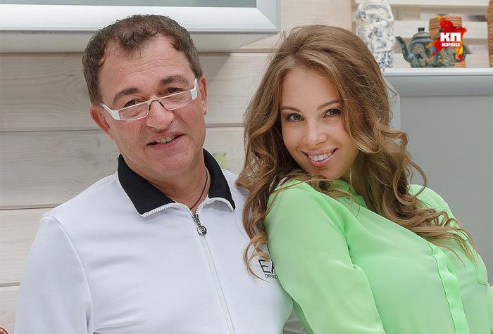 Телеведущий Дмитрий Дибров в ноябре отпразднует 56-летие, а его четвертой жене Полине Наградовой – 26 лет. Разница в возрасте: 30 лет.