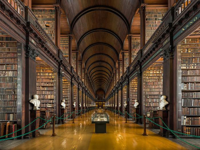 «Большая комната» в библиотеке Тринити-колледжа хранит 200 000 старейших книг коллекции.