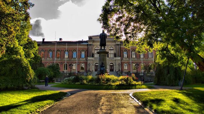Главное здание университета открыто в мае 1887 года находится в центре Уппсалы.