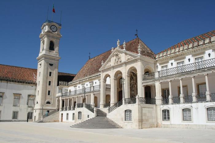 Университет открыт в 1290 году в бывшем королевском дворце Алкасова.