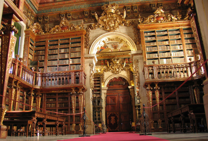 Академическая библиотека университета имени Жуана V выполнена в стиле барокко.