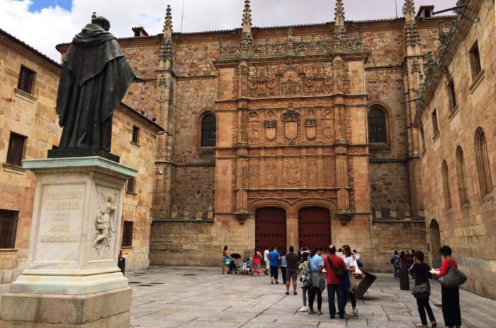 Университет был основан в 1218 году королем Альфонсом ІХ.