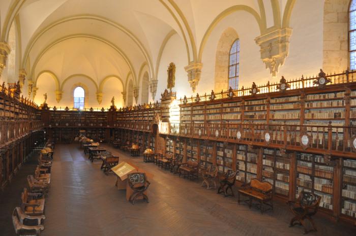Здание, в котором располагается библиотека университета, представляет огромный художественный интерес.