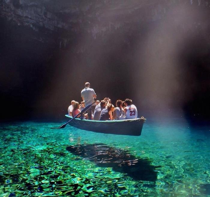 Чистейшая вода озера Мелиссани, Греция.