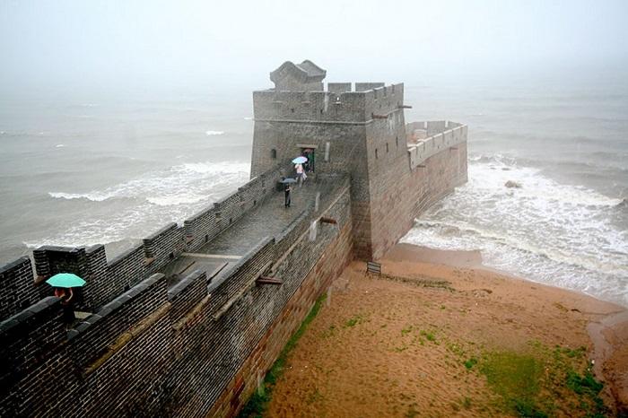 Участок великой китайской стены в Циньхуандао называется Лао Лонг Тоу (Голова старого дракона).