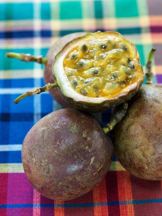 В маракуйи больше всего ценится сок, ради которого ее и выращивают, благодаря удивительно приятному аромату, сок маракуйи нередко добавляют в состав других фруктовых соков.