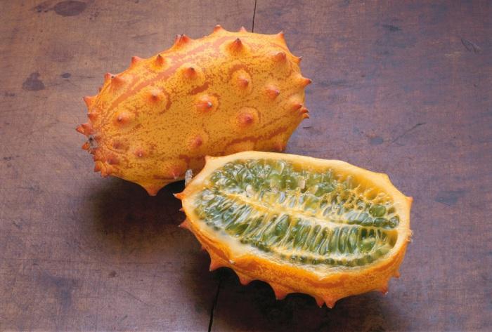 Мякоть кивано, зеленая и желеобразная, по вкусу напоминает смесь банана и огурца, а также фрукт богат витамином С, содержит калий и железо и низко калориен, повышает иммунитет и укрепляет стенки сосудов.