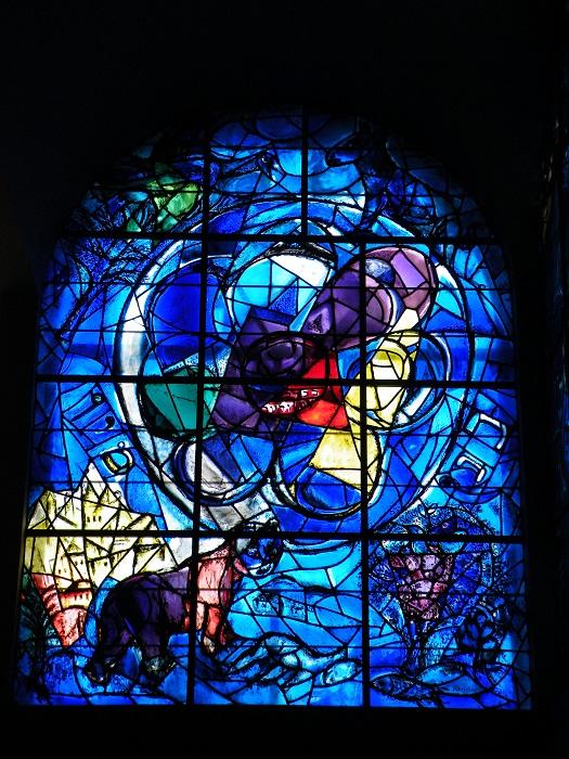 Один из серии витражей «Двенадцать колен израилевых». Знаменитые на весь мир 12 окон в синагоге при больнице Хадасса в Иерусалиме, расписанных Марком Шагалом.