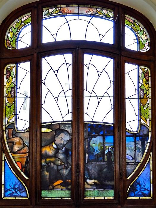 Удивительный витраж в 1909 году заказал Эрнест Сольве, бельгийский учёный-химик. Автор и изготовитель этого шедевра, в стиле арт-нуво, Жак Грубер, французский мастер стеклодув.
