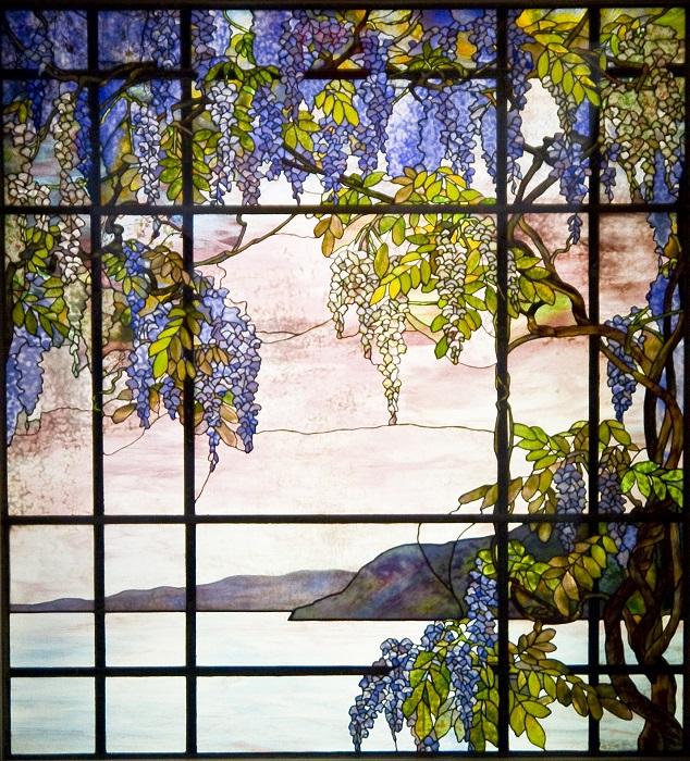 Витраж, выполненный в стиле арт-нуво, изготовлен американским художником Луиса Комфорта Тиффани.