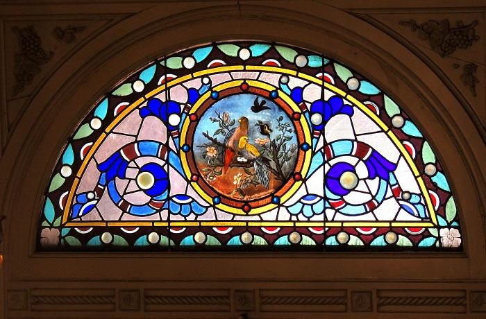 Витраж расположен над входной дверью в доме-музее Вудрафф-Фонтейн, Мемфис, штат Теннесси. Помимо своей красоты, особняк бывшей владелицы Молли Вудрафф известен своими привидениями.
