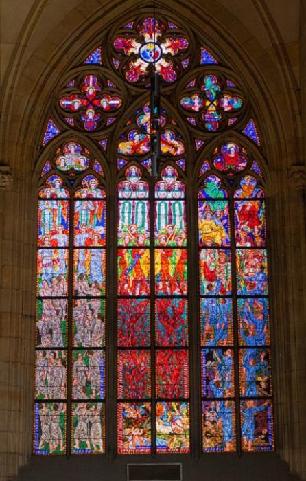 Прекрасный витраж в готическом стиле украшает собор Святого Витта в городе Прага, Чешская республика.