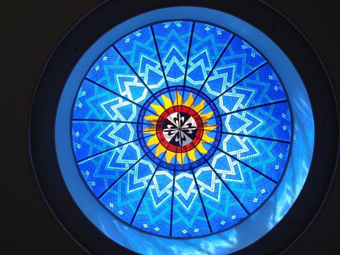 Симпатичный витраж украшает стеклянный купол университета Сент-Томас, Канада. Сент-Томас - небольшой университет, находящийся в городе Фредериктон, Нью-Брансуик.