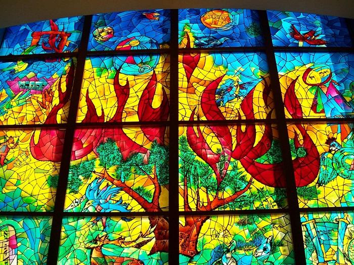 Витраж украшает фасад здания еврейской традиционной синагоги в районе Уэст Роджерс Парк, Чикаго, штат Иллинойс.