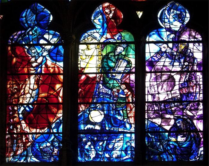 Первая работа художника Шагала, положившая начало любви к витражной технике и заняла 10 лет — с 1958 по 1968 год. За удивительные витражные окна собора в Меце общей площадью 6500 кв. метров, называют Lanterne de Dieu — светильник Господа.