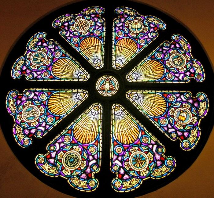Красивый орнамент расположенный в потолочной зоне придает помещению соответствующую атмосферу.