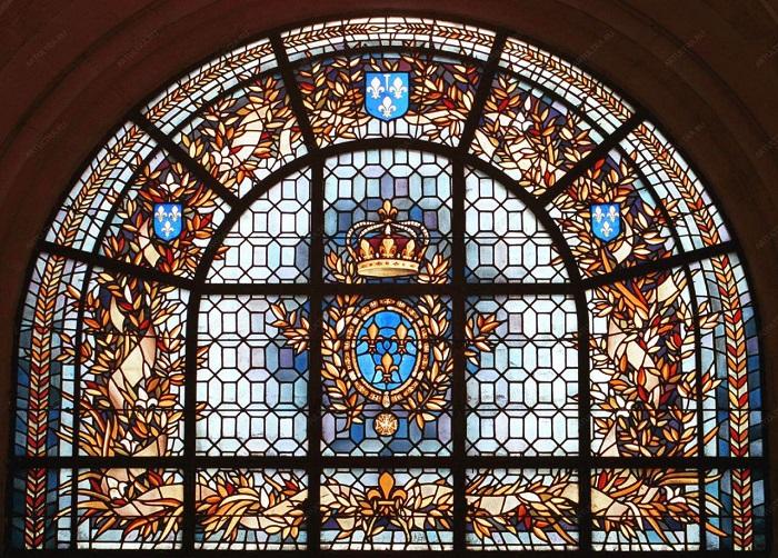 Старинный витраж украшает базилику аббатства Сен-Дени, во Франции, которая считается главным монастырем средневековой Франции и королевская усыпальница.