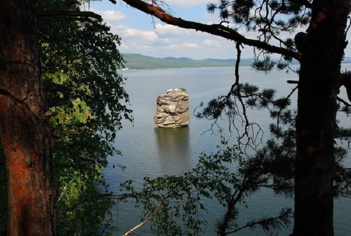 Главная достопримечательность озера Иткуль, притягивающая многочисленных туристов.
