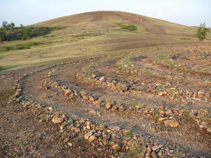 Встречать восход на вершине горы Шаманки, где находится каменная спираль из 13 кругов, символизирующая прохождение цепи воплощений, одна из традиций при посещении горы.