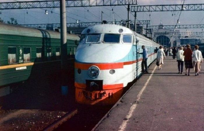 Советский скоростной электропоезд на Ленинградском вокзале в Москве в 1988 году.
