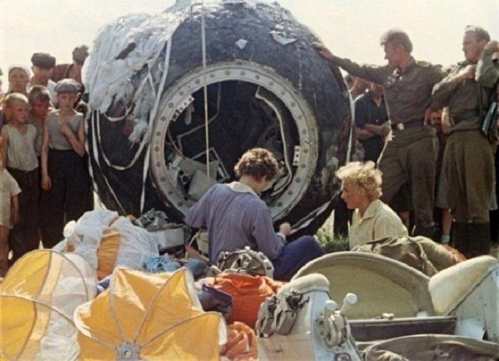 Первая женщина-космонавт после приземления на спускаемом модуле в Алтайском крае, 1963 год.